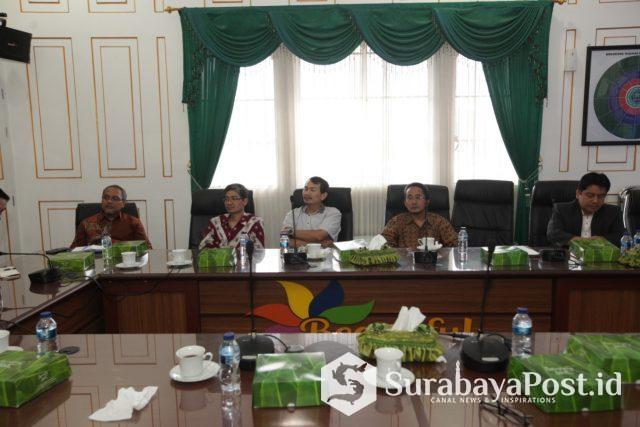 Wali Kota Sutiaji bersama Sekda Wasto saat audiensi dengan para akademisi di Balaikota Malang.