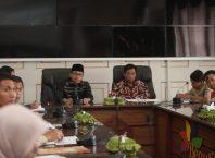 Perwakilan Malang Azka Subhan Aminurridho (kanan) saat memimpin Rakor dengan Tim TPID terkait stok pangan selama Ramadhan dan Lebaran Idul Fitri.