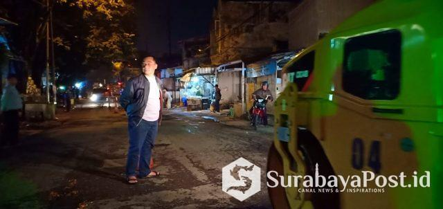 Kepala DPUPR Kota Malang Hadi Santoso saat mengawasi penutupan lubang di Jalan IR Rais, Senin (6/5/2019) malam.
