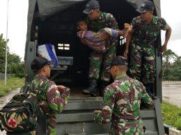 Anggota Kipur III Pos Motamasin Satgas Pamtas RI-RDTL Sektor Barat Yonif 741/Garuda Nusantara saat mengevakuasi korban luka bakar Aloysius Suri ke RSUPP Betun.