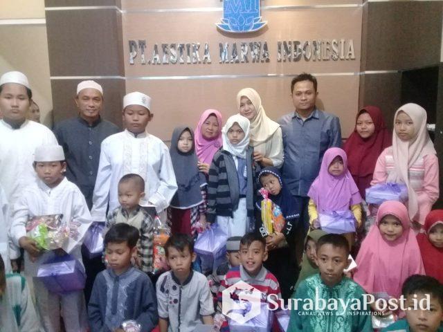 Manajemen PT AMI pose bersama anak yatim piatu di Ponpes Ilmu Al Qur'an Darul Hidayah, Kamis (9/5/2019).