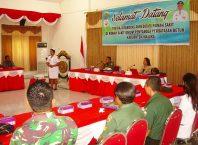 Salah satu bidan RSUPP Betun memperagakan safety briefing di hadapan pimpinan dan tim akreditasi kedua rumah sakit di Aula Kantor Bupati Malaka