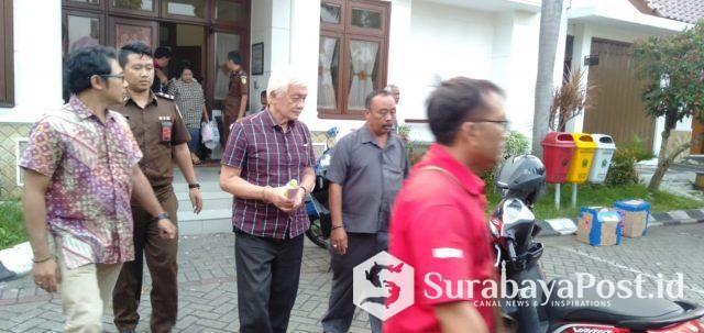Tersangka penggelapan uang perusahaan CV MSA, Thomas Zacharias diborgol saat digiring ke Lapas Lowokwaru, Kota Malang.