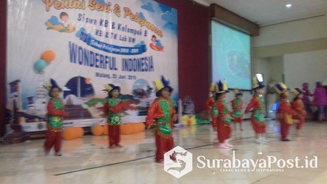 Siswi TK Lab UM menari dalam acara pelepasan siswa tahun ajaran 2018/2019 di Sasana Budaya Universitas Negeri Malang, Kamis (20/6/2019).