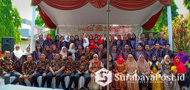 Keluarga besar Kejari Kota Malang foto bersama usai Halal Bi Halal