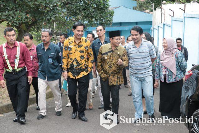 Wali Kota Malang Sutiaji didampingi Sekda Wasto dan Dirut PDAM Kota Malang M Nor Muhlas saat meninjau sumber Wendit di Pakis, Kabupaten Malang