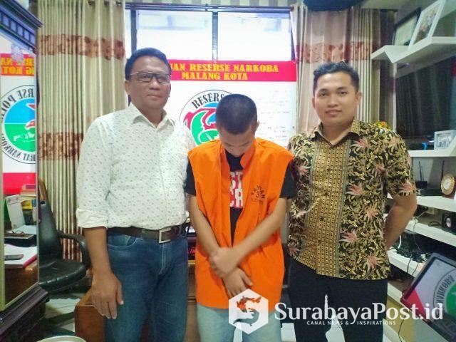 KBO Reskoba Polres Malang Kota, Iptu Bambang Heriyanta (kiri) saat ngeler tersangka narkoba JRS (21) alias Jessen (tengah).