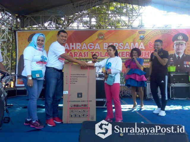Kapolres Malang Kota, AKBP Asfuri didampingi Ketua Bhayangkari, Ny Susi Asfuri kala memberikan hadiah pada pemenang undian utama.