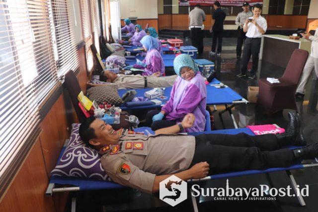 Kapolres Makota AKBP Asfuri saat mendonorkan darahnya.