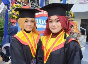 Si kembar keponakan Mendikbud RI Prof Dr Muhadjir Effendy MAP, Cantik dan Cinta saat wisuda di SMP Muhammadiyah 1 Sidoarjo