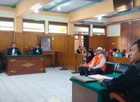 Dua terdakwa penggelapan dana YPIM saat mendengarkan pembacaan tuntutan dari tim JPU di ruang sidang Garuda PN Malang.