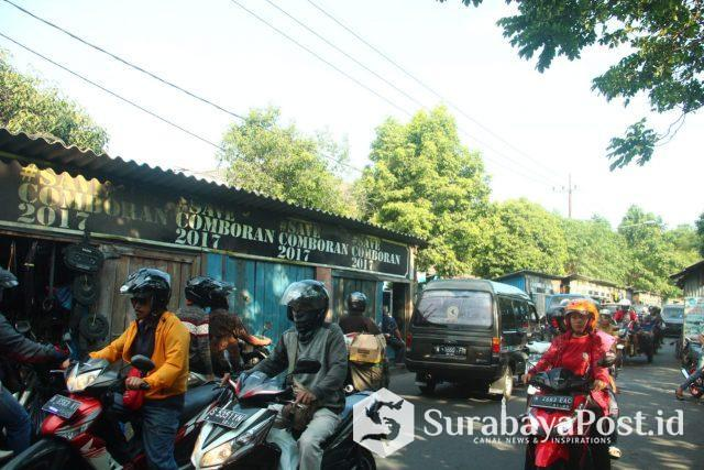 Pedagang Pasar Comboran yang masih belum direlokasi ke dalam pasar.