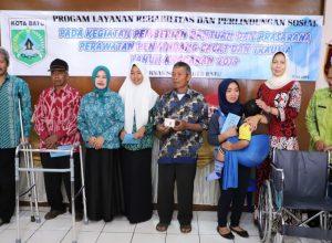 Wali Kota Batu Hj Dewanti Rumpoko saat menyerahkan bantuan kepada para penyandang disabilitas