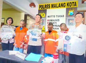 Waka Polres Malang Kota, Kompol Arie Triestyawan didampingi Kasat Reskoba, AKP Syamsul Hidayat serta Kasubbag Humas, Ipda Ni Made Marhaeni saat merilis keempat tersangka narkoba beserta barang buktinya.