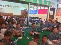 Siswa berkebutuhan khusus saat menonton film yang diputar LSF di sekolah inklusi.
