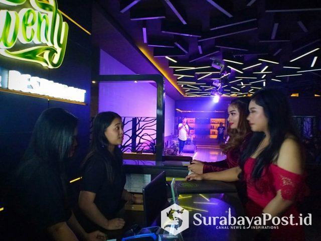 Para pengunjung yang disambut ramah karyawan Twenty Lounge and Restaurant.