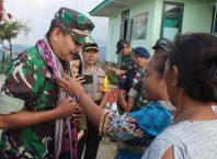 Ketua Tim Dispenad Kol Inf Paiman disambut secara adat di PLBN Wini Kabupaten TTU.