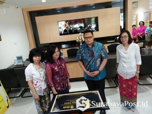 Dirut Prodia, Dewi Muliaty, beserta sejumlah dokter usai tandatangan prasasti Klinik Utama PSHC
