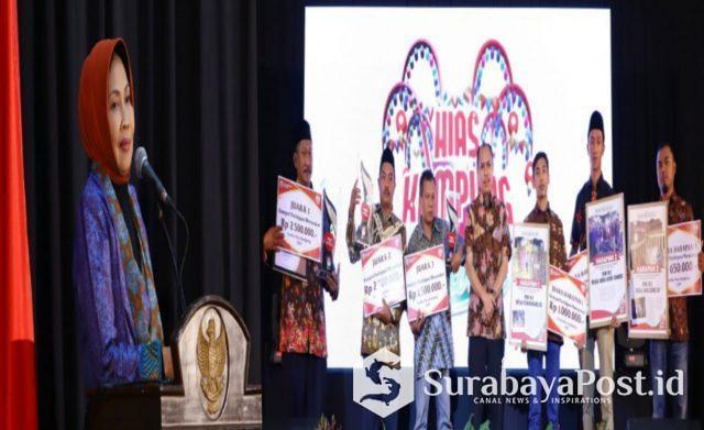 Wali Kota Batu Hj Dewanti Rumpoko dalam acara penganugerahan hadiah lomba hias kampung di Kota Batu.