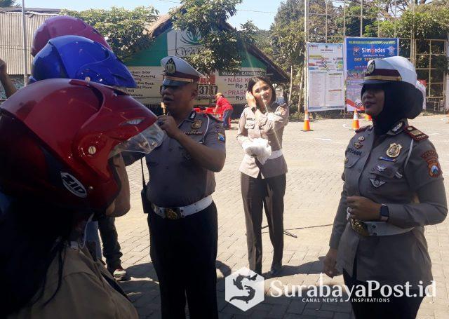 Kasatlantas Polres Batu usai memberikan helm gratis pada peserta uji praktek pemohon SIM