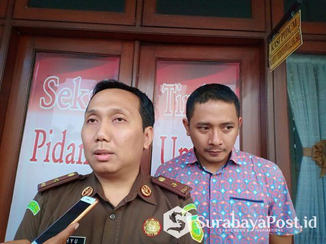 Kasi Pidum Kejari Kota Malang, Wahyu Hidayatullah didampingi JPU, IDGP Awatara (Dewok) saat memberikan keterangan kepada wartawan terkait sidang putusan sela dengan terdakwa Thomas Zacharias
