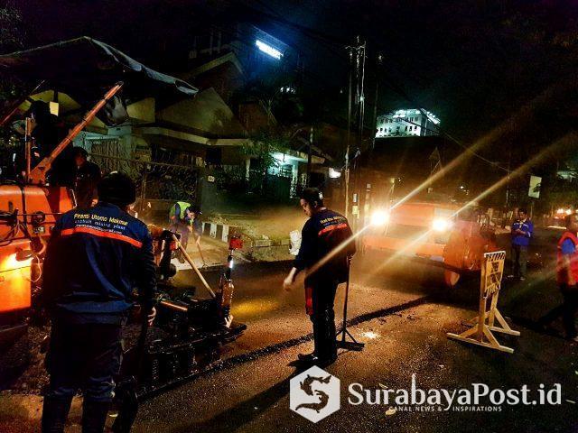 Kepala Bidang (Kabid) Bina Marga Dinas PUPR Kota Malang Ir Didik Setyanto, saat memantau proses pengaspalan di Jl MT Haryono.