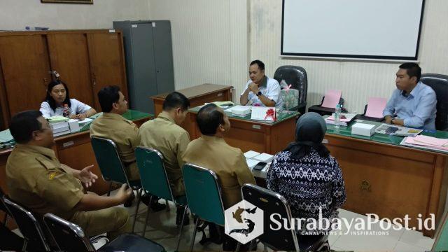 Ketua TP4D Kejari Kota Malang. Yusuf Hadiyanto, SH, MH (sebelah kiri deretan depan) kala mendengarkan paparan dari salah Dinas dalam rangka pengajuan pendampingan TP4D.