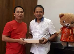 Kasi Pidum Kejari Kota Malang, Wahyu Hidayatullah (kiri) saat memberikan cinderamata kepada IDGP Awatara di acara tasyakuran dan pelepasan.