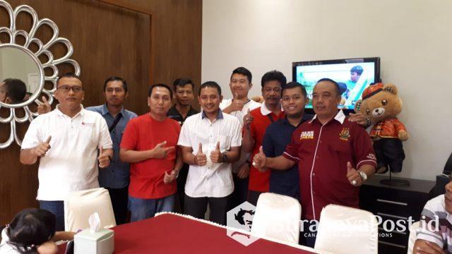 Kasi Pidum Kejari Kota Malang, Wahyu Hidayatullah (dua dari kiri) saat memberikan cinderamata kepada IDGP Awatara (tiga dari kiri) pose bersama rekan sejawatnya di ruang Pidum Kejari Kota Malang di acara tasyakuran dan pelepasan.