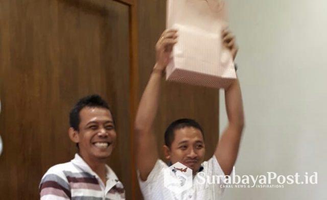 IDGP Awatara mendapatkan suprise kado dari jaksa Wanto (kiri).
