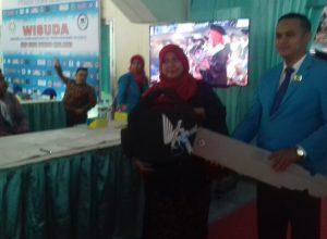 Rizqi Awwaliyah Ramadhony usai menerima hadiah doorprize berupa sepeda motor di acara wisuda mahasiswa IKIP Budi Utomo Malang di GOR Ken Arok Malang.