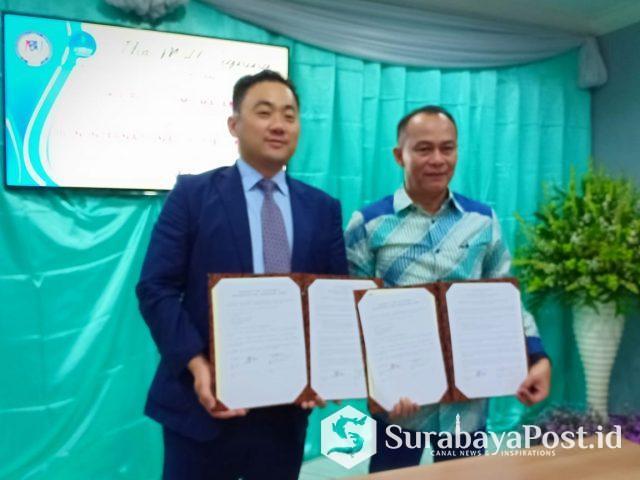 Dekan JISU Prof Wang Zhiguo (kiri) bersama Rektor IBU Malang Dr Nurcholis Sunuyeko MSi menunjukkan MoU yang sudah ditandatangani bersama.