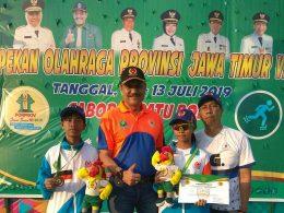 Ketua KONI Kota Malang, Edy Wahono pose bersama atlet Cabor sepatu roda peraih perak Shelly Olivia dan peraih perunggu Romeo Alif Pratam