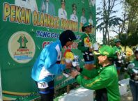 Atlet Kota Malang cabor sepatu roda, Putri Alisya WS menerima pengalungan medali perunggu di kelas Marathon 42 kilometer