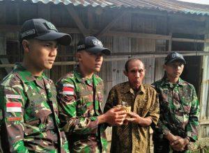 Warga Desa Sungkaen Kecamatan Bikomi Nilulat Kabupaten TTU (kedua dari kanan) saat menyerahkan sebuah granat tangan kepada Wakil Komandan Pos Baen Serda Thaufan Murti Hardianto dan dua anggotanya pada Sabtu (13/07/2019).