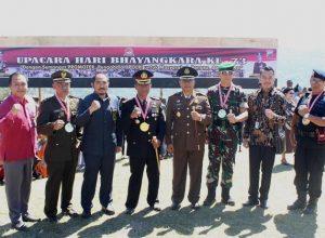 Komandan Satgas Pamtas RI-RDTL Sektor Barat Yonif Mekanis 741/Garuda Nusantara Mayor Inf Hendra Saputra pose bersama para pejabat TNI dan Polri di Perbatasan Timor.