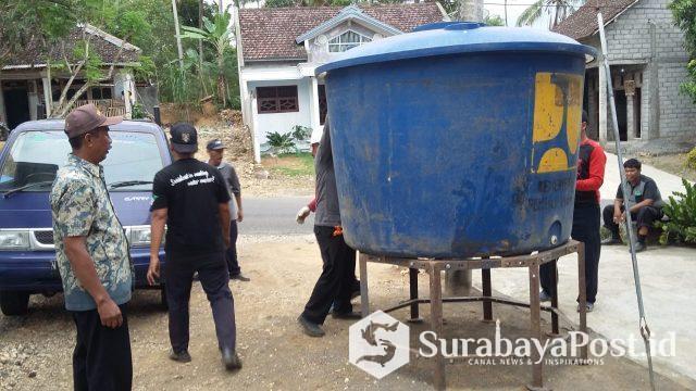 Petugas Perumda Tirta Kanjuruhan Kabupaten Malang saat memasang HU di wilayah Desa Purwodadi, Donomulyo.