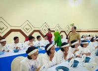 Siswa calon pramugari dan pramugara dari Sekar Gegani saat mengikuti pelajaran meriah diri disaksikan langsung Pembina Lembaga Pendidikan Sekar Gegani Agus Sunarhadi.