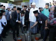 Wali Kota Malang Sutiaji melakukan peletakan batu dan pengecoran pertama pondasi Masjid Bahrul Maghfiroh di Kota Malang, Jatim