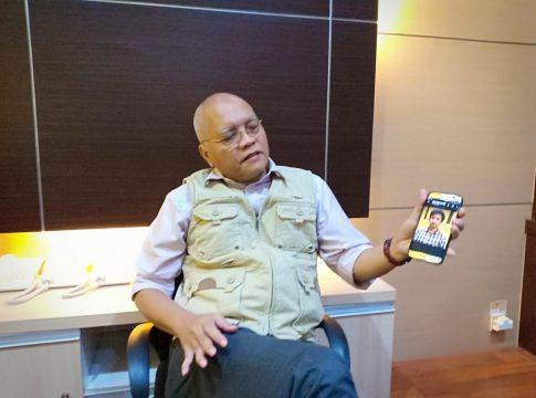 Prija Djatmika saat menunjukan salah satu foto pelaku yang diduga menyebarkan brosur