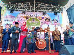 Deputi Produksi dan Pemasaran Kementerian Koperasi dan UKM, Victoria Simanungkalit saat meresmikan pembukaan Malang City Expo dengan memukul gong