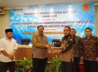 Ketua DPC Peradi RBA Yayan Riyanto menyerahkan cinderamata kepada Rektor Unidha, Prof Suko Wiyono