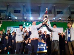 Piala bergilir Menteri Agama RI diterima Rektor Prof Dr Abd Haris setelah UIN Maliki Malang keluar sebagai juara umum PIONIR IX 2019.