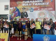 Para juara turnamen bulutangkis Kapolres Cup Kota Batu pose bersama.