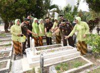 Kajari Kota Malang, Amran Lakoni didampingi Ketua IAD Cabang Kota Malang, Ny Dessy Amran Lakoni beserta para Kasi saat tabur bunga di TMP Untung Suropati