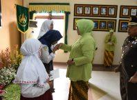 Ketua IAD Cabang Malang, Ny Dessy Amran Lakoni didampingi Kajari Kota Malang, Amran Lakoni kala memberikan tali asih kepada tiga orang putri dari pegawai Kejari setempat