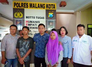 Kasat Reskrim Polres Malang Kota, AKP Komang Yogi Arya Wiguna mendampingi dua anak yang diduga korban penyekapan.