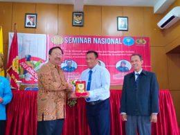 Rektor Unidha Malang, Prof Suko Wiyono saat memberikan cinderamata ke para pemateri seminar.