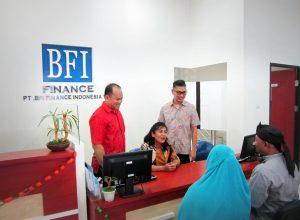 Business Director BFI Finance, Sutadi (kanan berdiri) kala menyapa konsumen di salah satu kantor cabang.