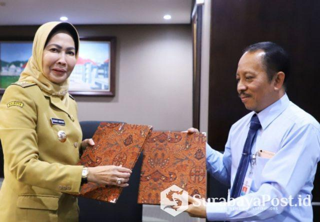 Wali Kota Batu Hj Dewanti Rumpoko dan Rektor ITN Malang, Dr.Ir. Kustamar, MT usai penandatanganan MoU